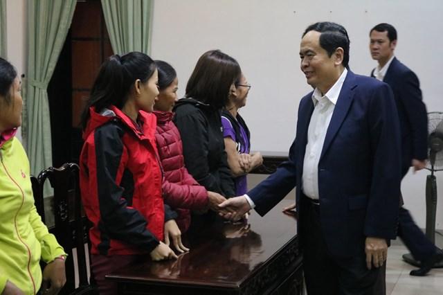 Chủ tịch Trần Thanh Mẫn thăm hỏi, động viên những gia đình có hoàn cảnh khó khăn bị ảnh hưởng bởi bão lũ.
