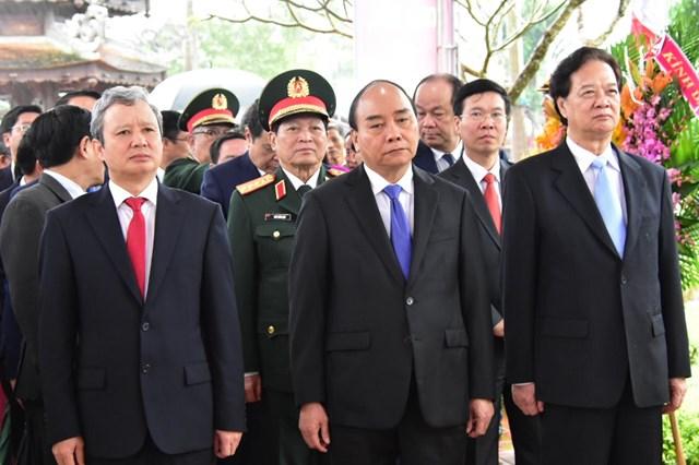 Thủ tướng Nguyễn Xuân Phúc và các đại biểu dâng hoa tại lễ kỷ niệm 100 Ngày sinh của Đại tướng Lê Đức Anh.