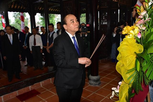 Thủ tướng Chính phủ Nguyễn Xuân Phúc dâng hương tưởng nhớ nguyên Chủ tịch nước, Đại tướng Lê Đức Anh.