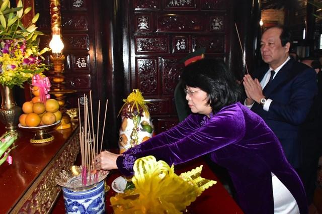 Phó Chủ tịch nước Đặng Thị Ngọc Thịnh dâng hương nguyên Chủ tịch nước, Đại tướng Lê Đức Anh.