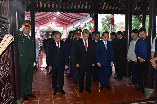 Lãnh đạo tỉnh Thừa Thiên - Huế dâng hoa tại nhà Văn hóa Chủ tịch nước Lê Đức Anh.