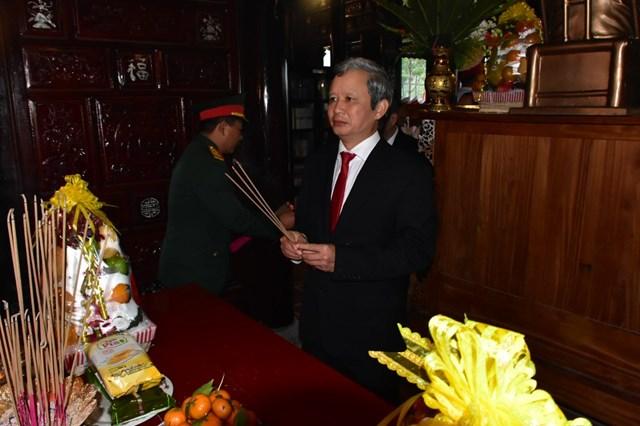 Bí thư Tỉnh ủy Thừa Thiên - Huế Lê Trường Lưu dâng hương Đại tướng Lê Đức Anh.