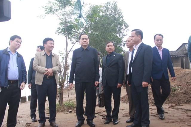 Chủ tịch Trần Thanh Mẫn đi kiểm tra, nắm tình hình thiệt hại do bão lũ gây ra tại xã Triệu Thành.