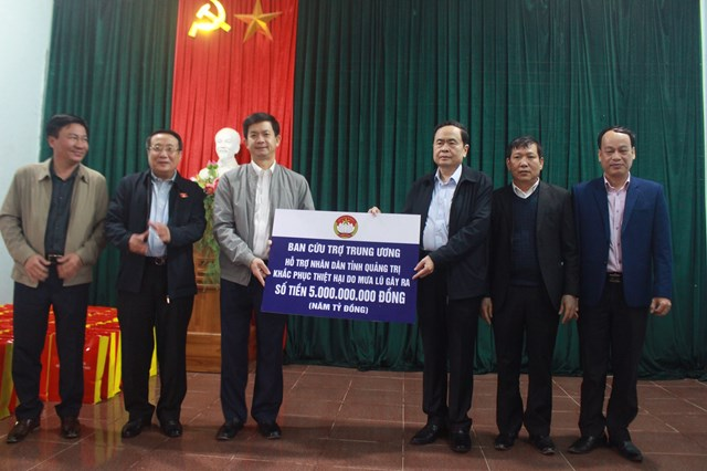 Chủ tịch Trần Thanh Mẫn trao số tiền 5 tỷ đồng hỗ trợ nhân dân tỉnh Quảng Trị khắc phục thiệt hại do mưa lũ gây ra.