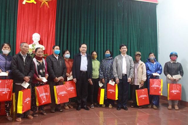Dịp này, UBTƯ MTTQ Việt Nam trao 100 suất quà cho bà con bị thiệt hại do bão lũ trên địa bàn xã Triệu Thành từ Nguồn cứu trợ Trung ương.