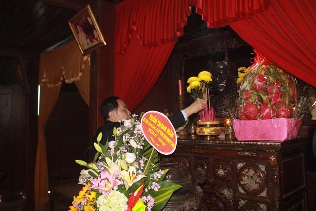 Chủ tịch Trần Thanh Mẫn dâng hương tại Nhà tưởng niệm Cố TBT Lê Duẩn.