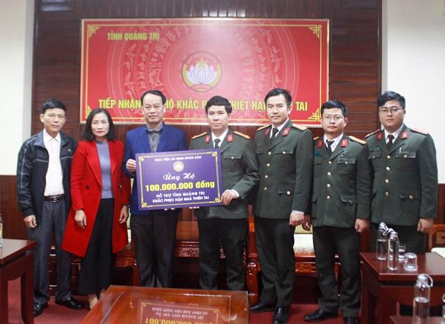 Học viện An ninh nhân dân trao 100 triệu đồng hỗ trợ người dân trên địa bàn tỉnh Quảng Trị khắc phục thiệt hại do bão lũ.