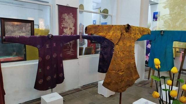Bộ sưu tập trang phục triều Nguyễn của Nhà sưu tầm cổ vật Nguyễn Hữu Hoàng được giới thiệu tại không gian trưng bày.