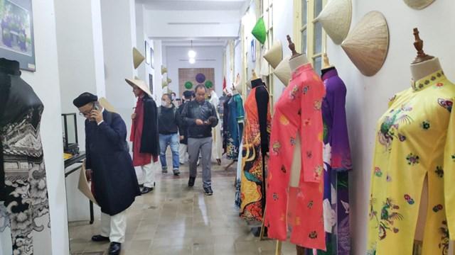 Không gian trưng bày và thao diễn nghề may áo dài Huế thu hút đông đảo người dân và du khách đến tham quan và trải nghiệm.