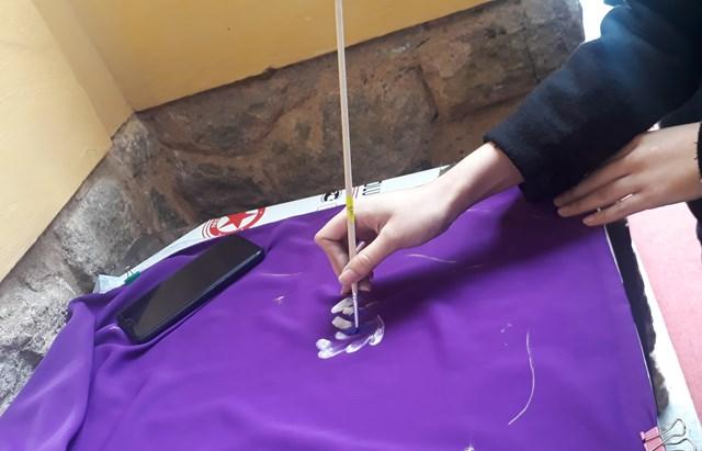 Sinh viên trường Mỹ thuật vẽ và trang trí họa tiết trên tà áo dài.