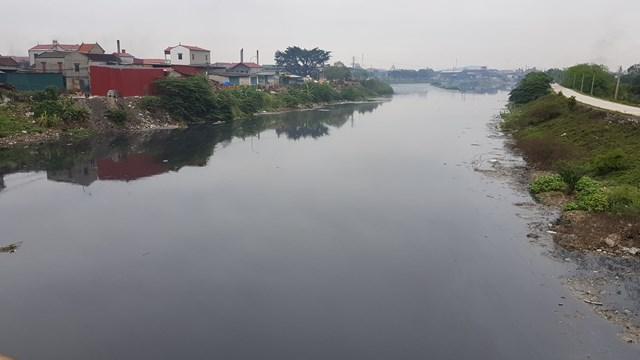 Nước thải đen ngòm, hôi thối từ làng giấy Phong Khê ra sông Ngũ Huyện Khê, trước khi chảy vào sông Cầu. Ảnh: Nam Anh.