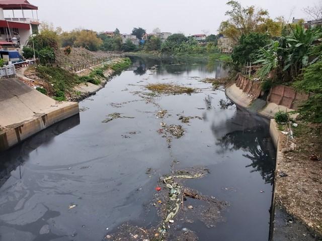 Đoạn cống tiêu Đặng Xá ô nhiễm nặng trước khi đổ ra sông Cầu. Ảnh: Nam Anh.