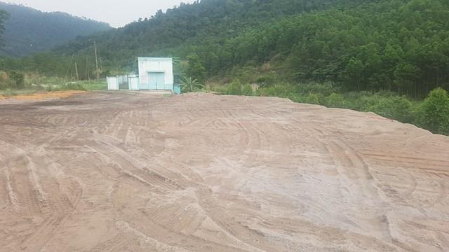 Lượng lớn chất thải tro xỉ của Công ty Nhiệt điện Sơn Động đổ ngay trạm bơm nằm ven suối lớn. Ảnh: Hà An.