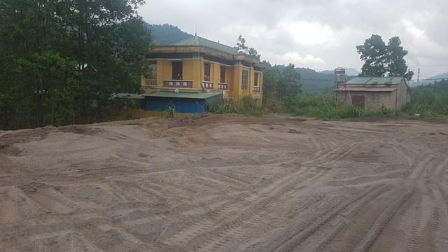 Chất thải tro xỉ được đem đổ ngay phía sau trạm cấp nước sạch cho các hộ dân trong thị trấn. Ảnh: Hà An.