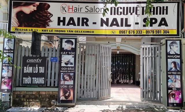 Một cửa hiệu làm tóc, gội đầu (huyện Hoài Đức) phải đóng cửa do Covid-19. Ảnh: Hà An.