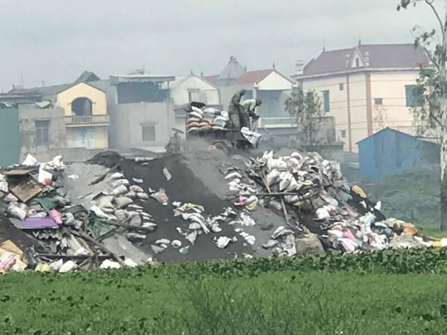 Người dân làng nghề Mẫn Xá ngnag nhiên đổ chất thải nguy hại ra môi trường. Ảnh: Nam Anh.