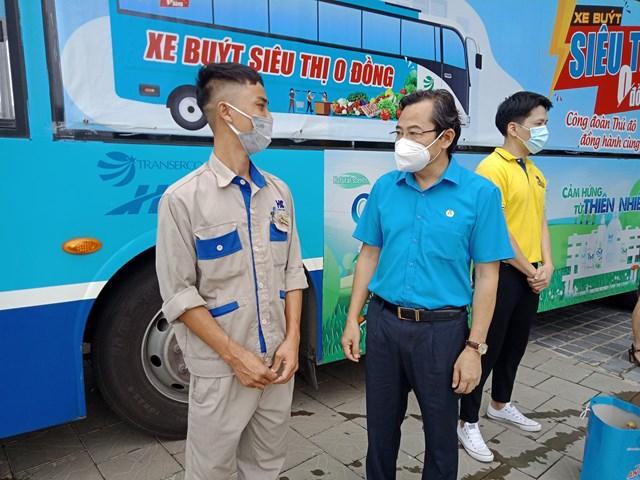 Đồng chí Nguyễn Chính Hữu – Phó Chủ tịch Liên đoàn Lao động thành phố Hà Nội động viên người lao động Công ty TNHH VHC.