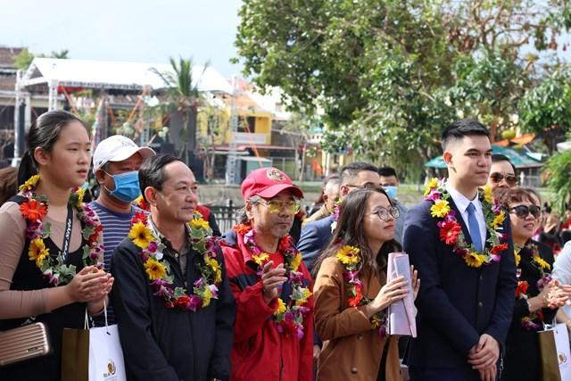 Các vị khách đến tham quan phố cổ Hội An.