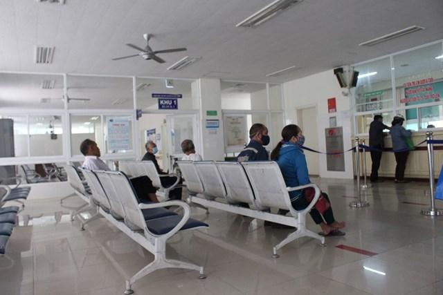 Nơi chờ khám bệnh trong Bệnh viện đa khoa Trung ương Quảng Nam.