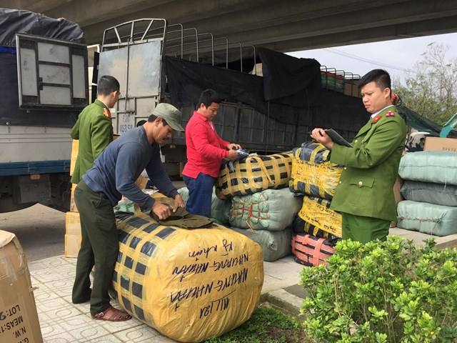 Lực lượng Công an kiểm tra hàng hóa vi phạm.