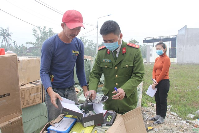 Lực lượng Công an đang kiểm tra hàng hóa không có nguồn gốc xuất xứ.