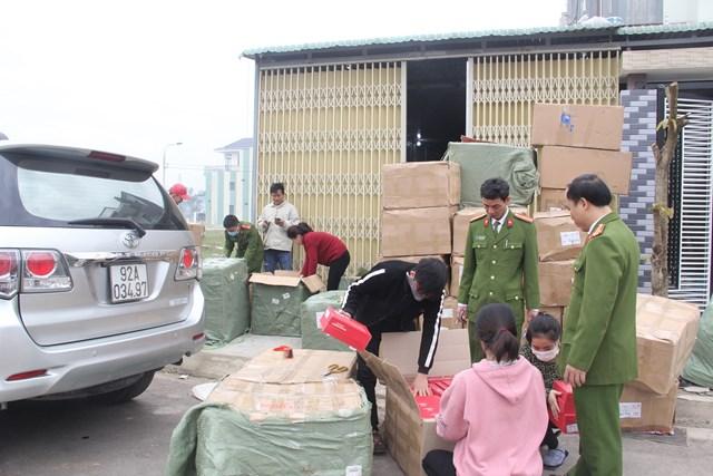 Lực lượng Công an tạm giữ số hàng hóa không rõ xuất xứ của bà Thảo.
