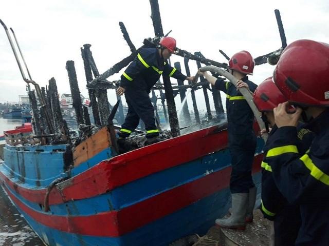 Lực lượng chức năng dập tắt đám cháy trên tàu cá QNg 90869 TS.