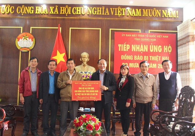 Lãnh đạo tỉnh Tây Ninh trao tặng 40 căn nhà cho đồng bào Quảng Nam bị thiệt do mưa lũ.