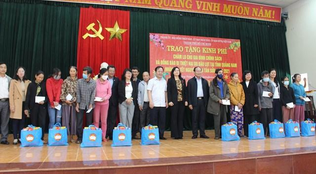 Đoàn công tác TP Hồ Chí Minh trao tặng quà cho bà con huyện Phú Ninh.