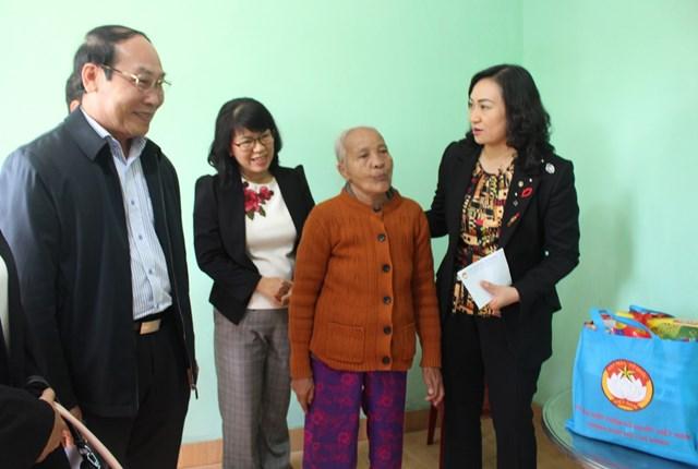 Đoàn công tác đến thăm hỏi và tặng quà cho bà Nguyễn Thị Hương gia đình chính sách.