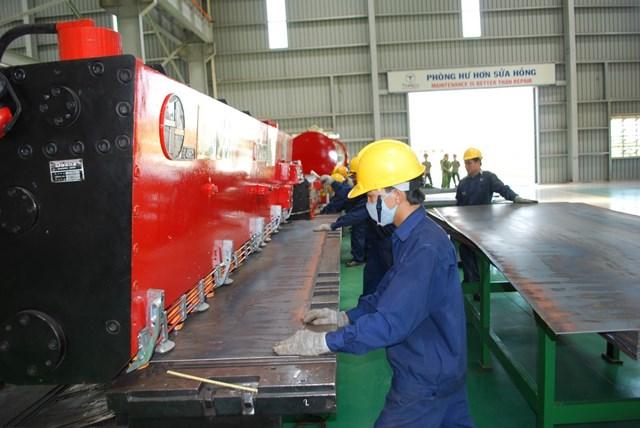 Công nhân ở Quảng Nam đang trong giờ làm việc .