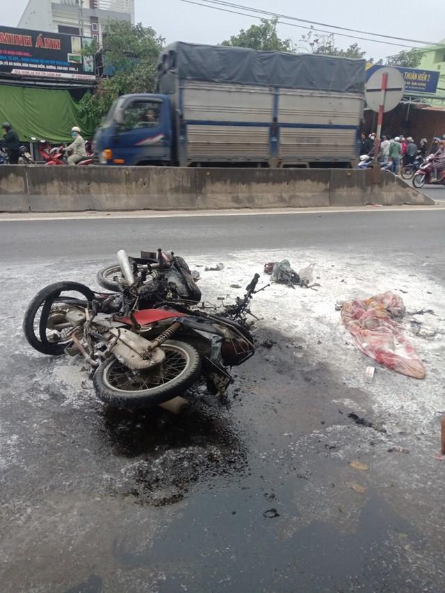 Chiếc xe máy bị cháy thiêu rụi sau vụ tai nạn.