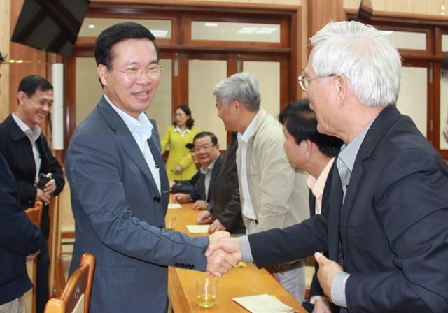 Ông Võ Văn Thưởng thăm hỏi, trò chuyện với các bộ lãnh đạo tỉnh Quảng Ngãi qua các thời kỳ.