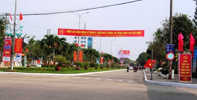 Băng rôn, cờ, khẩu hiệu rộn ràng trên đường Hùng Vương