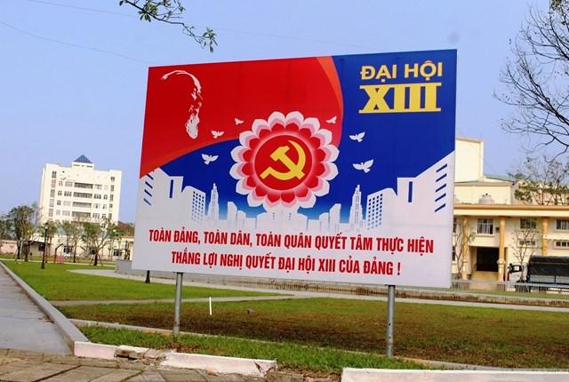 Pano chào mừng Đại hội lần thứ XIII của Đảng trên đường Hùng Vương.