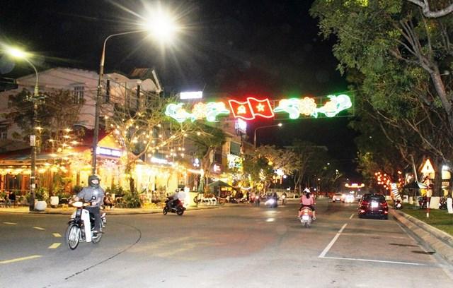 Về đêm thành phố lung linh ánh điện, rực rỡ sắc màu.