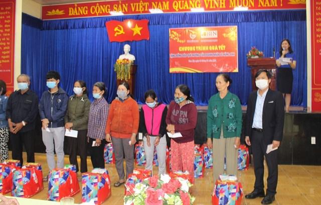 Ông Trần Trung Hậu (phải) tặng quà cho hộ dân khó khăn phường Trường Xuân.