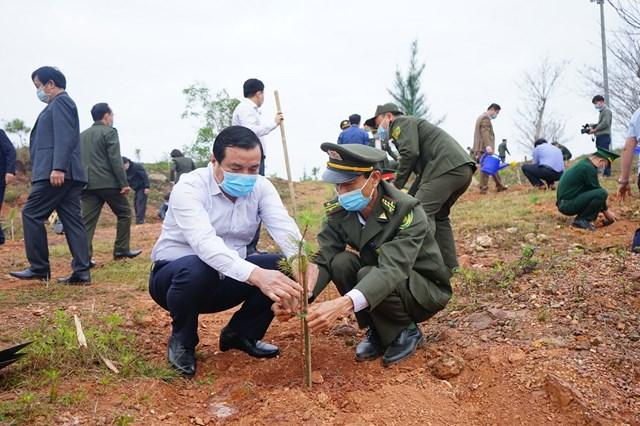 Bí thư Tỉnh ủy Quảng Nam Phan Việt Cường (áo trắng) trồng cây.