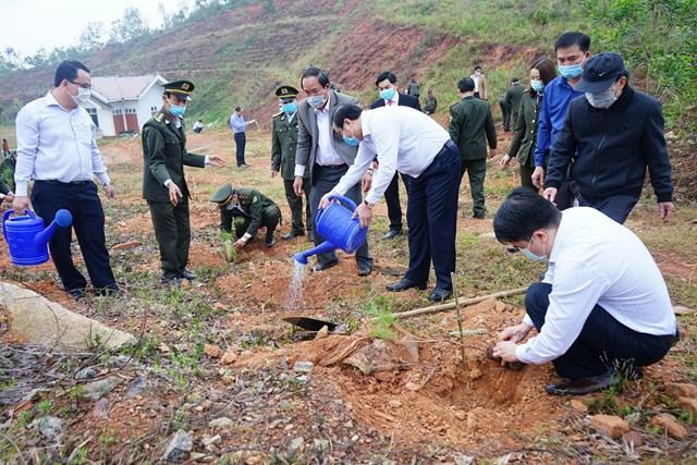 Các lãnh đạo tỉnh Quảng Nam trồng cây tại lễ phát động.