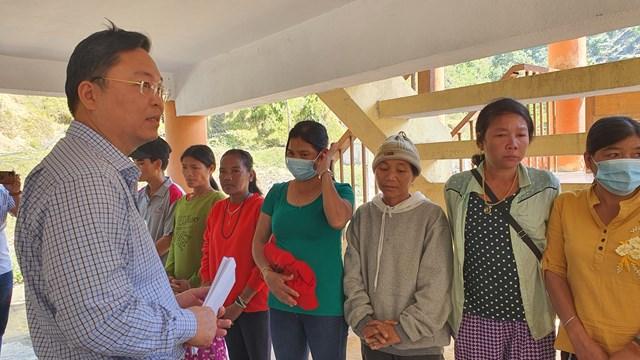 Chủ tịch UBND tỉnh Lê Trí Thanh tặng quà cho bà con vùng sạt lở Phước Sơn.