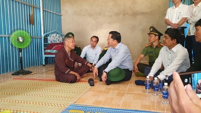 Ông Lê Trí Thanh (ngồi giữa) trò chuyện với đồng bào vùng sạt lở Phước Sơn.