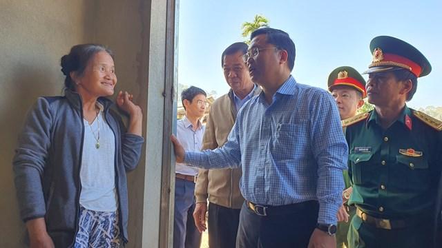 Ông Lê Trí Thanh thăm hỏi sức khỏe người dân vùng sạt lở Phước Sơn.