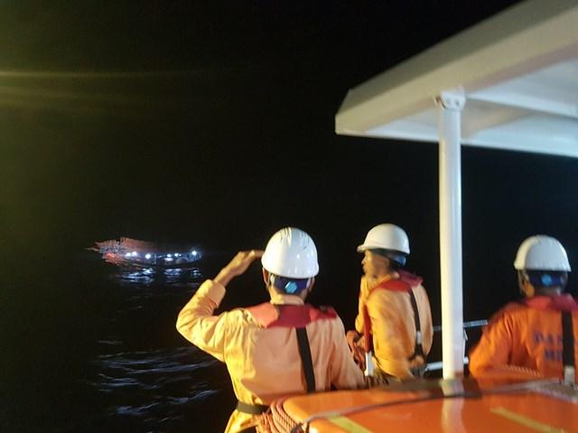 Lực lượng cứu hộ tìm kiếm ngư dân mất tích trên biển.