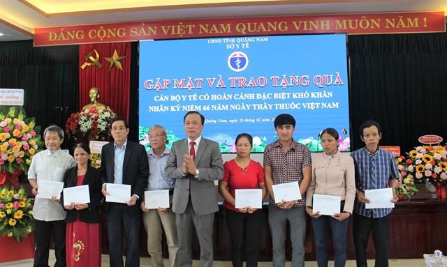 Lãnh đạo Sở Y tế Quảng Nam tặng quà cho cán bộ ngành Y tế có hoàn cảnh khó khăn.