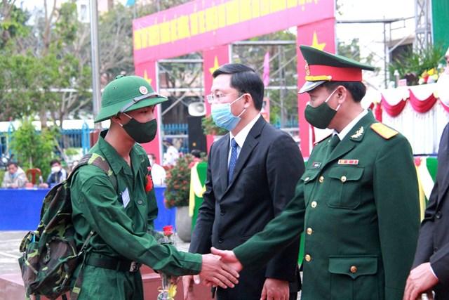 Các tân binh bắt tay lãnh đạo trong tỉnh Quảng Nam lên đường nhập ngũ.