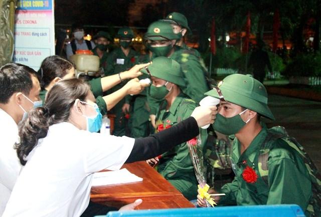 Đo thân nhiệt cho các tân binh ở Quảng Nam.