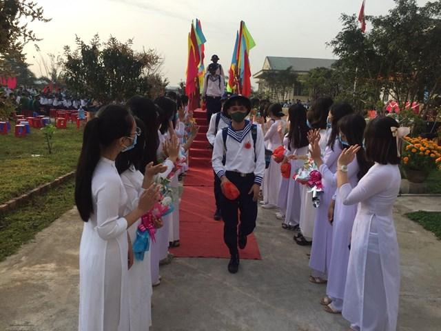 Các tân binh huyện Bình Sơn (Quảng Ngãi) bước qua cầu vinh quang lên đường nhập ngũ.