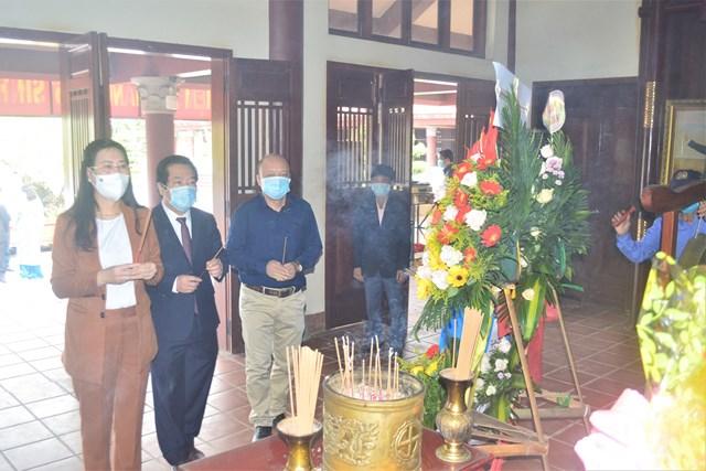 Lãnh đạo tỉnh Quảng Ngãi dâng hương tưởng niệm cố Thủ tướng Phạm Văn Đồng.