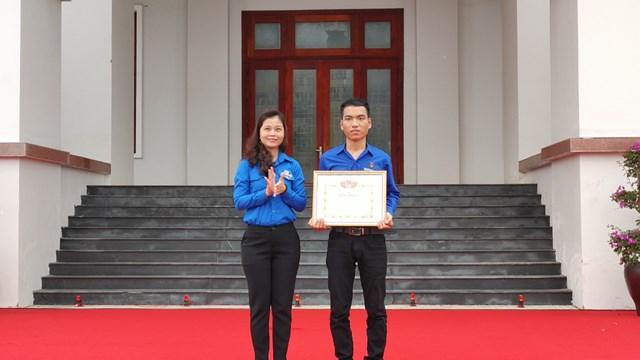 Lãnh đạo Tỉnh đoàn Quảng Nam trao tặng Giấy khen cho anh Trần Văn Tròn.