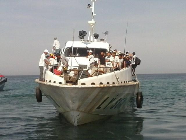 Tàu cao tốc vận chuyển hành khách từ cảng Sa Kỳ- Lý Sơn.